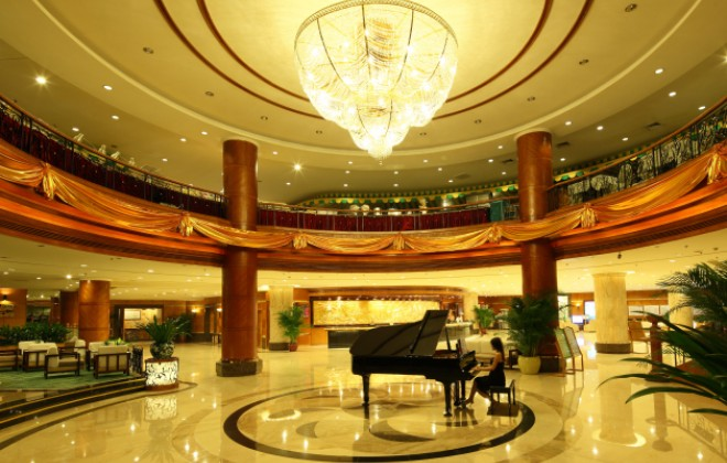 Ослепительный холл отеля Pearl River Garden, Хайнань