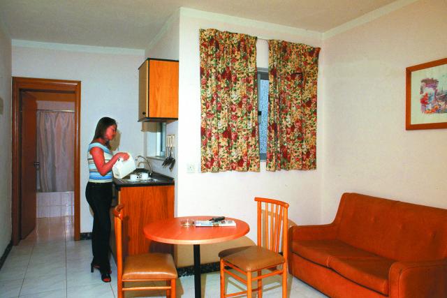 отель 115 The Strand Aparthotel